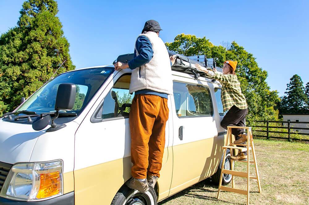 野あそび夫婦のバンライフ車、ルーフトップテントを開いている