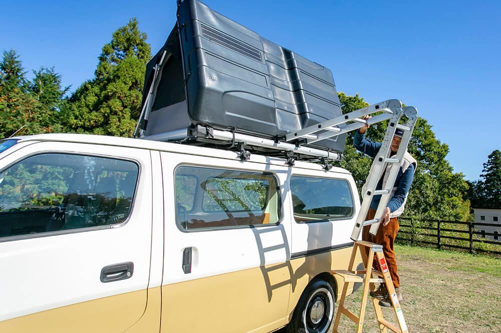 野あそび夫婦のバンライフ車、ルーフトップテントのラダーをおろすアオさん