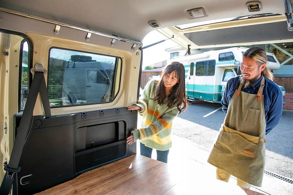 ホンダの軽自動車「バモスホビオ」の車内をどうカスタムするか相談している女子キャンパーの森風美さんとバンライファーの鈴木大地さん