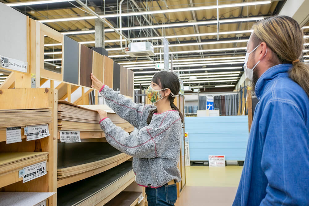 茨城県ひたちなか市にあるホームセンター「ジョイフル本田 ニューポートひたちなか店」へ車の内装をカスタムする材料を買いにきた女子キャンパーの森風美さんとバンライファーの鈴木大地さん