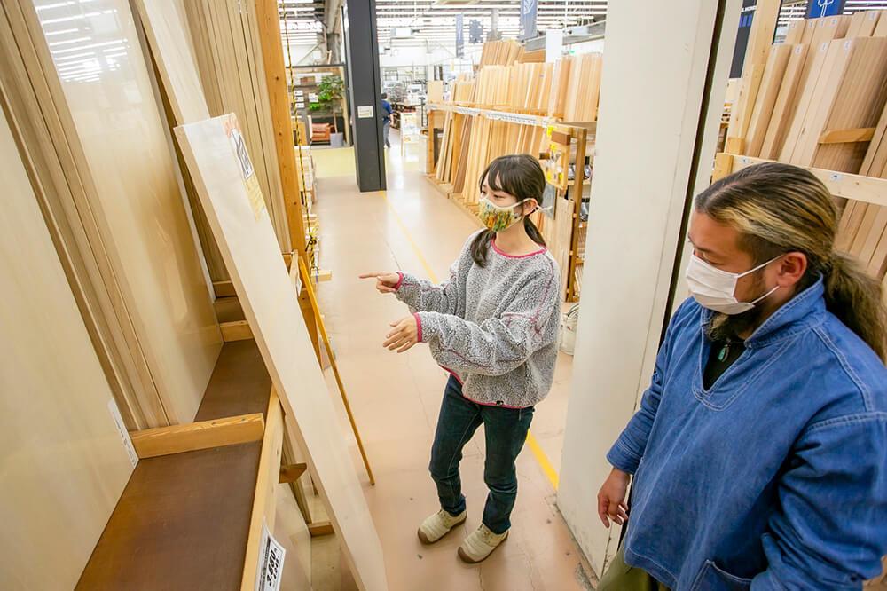 ホームセンター「ジョイフル本田 ニューポートひたちなか店」で、車内に棚を作るための板を選ぶ女子キャンパーの森風美さん