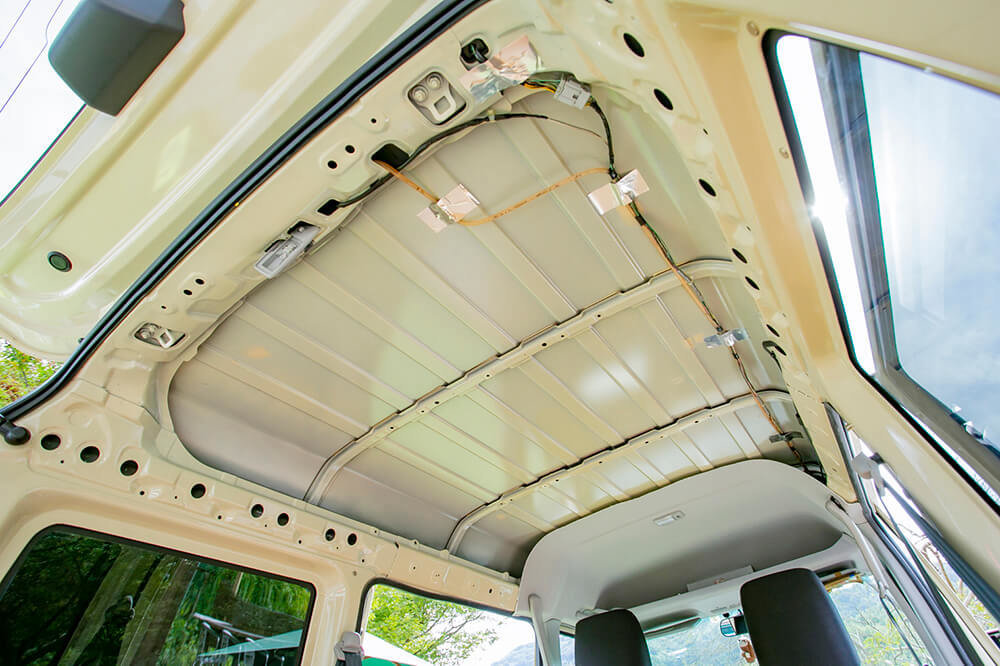 天井を剥がして、むき出しになった車内