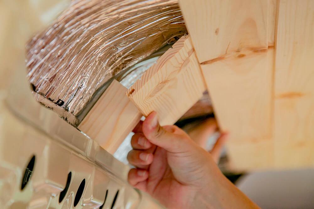 下地の木材の上に、小さく切った天井板を当てている