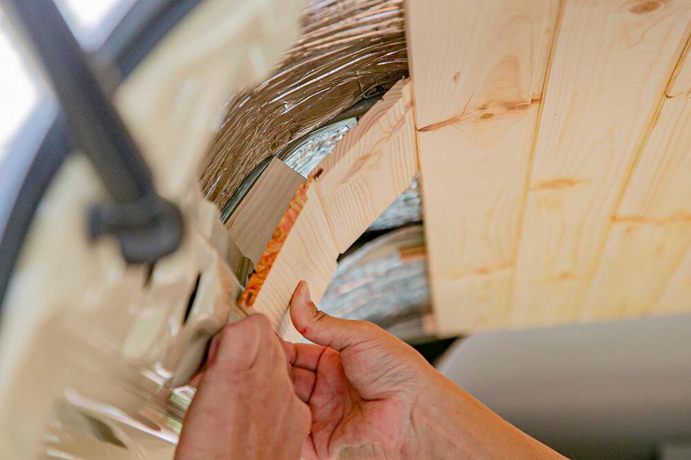 小さく切った天井板を当てながら、ちょうどいいカーブになるか調べている