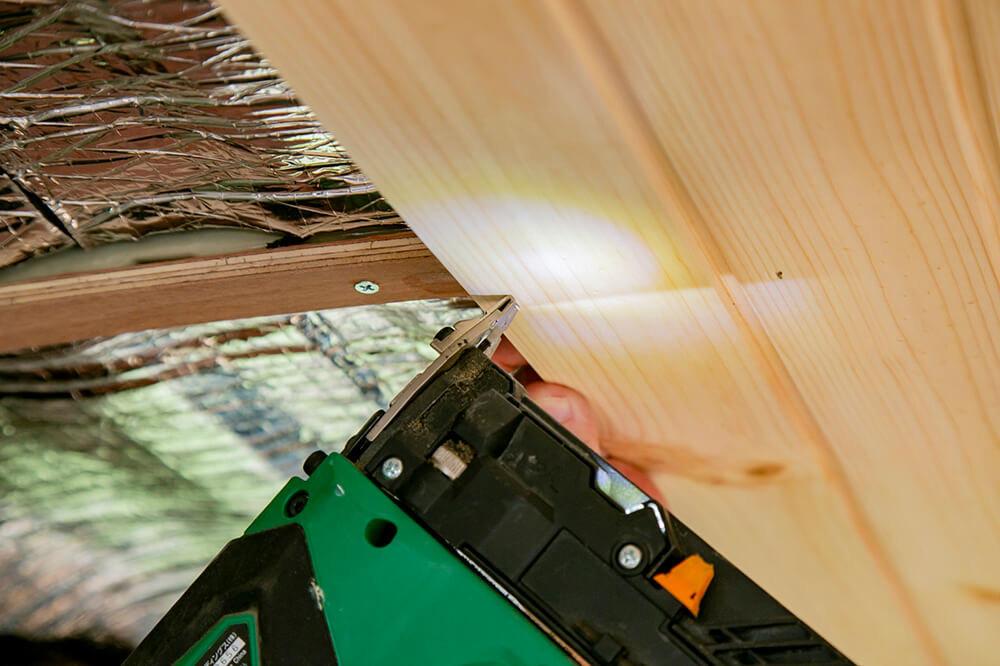 天井の板に仕上げ釘を打っているところ
