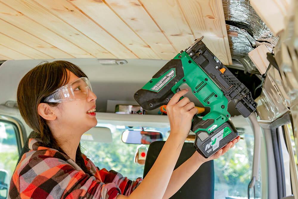 天井の板に仕上釘打機で仕上げ釘を打つ森風美さん