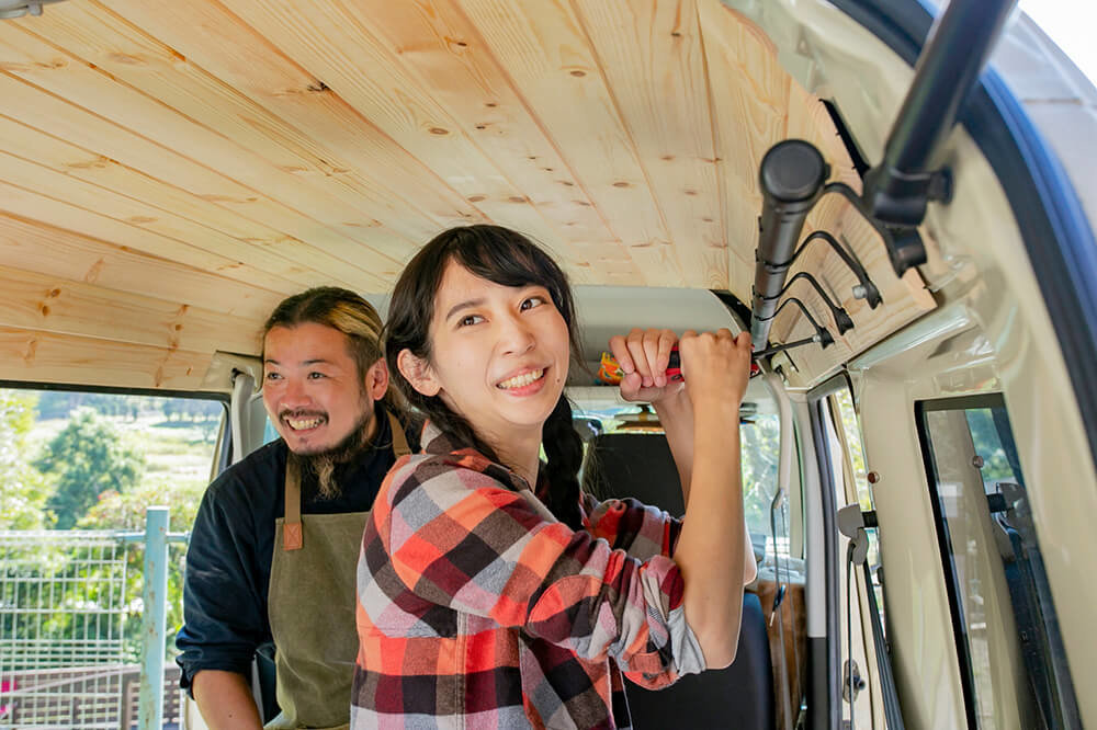 ルーフインナーサイドパイプを取り付けている森風美さんと鈴木大地さん