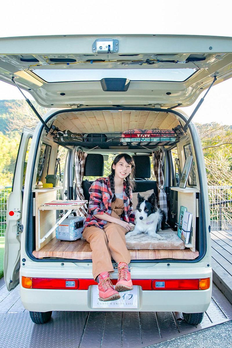 内装の改造が完成した車内で、愛犬ドンちゃんと一緒に微笑む森風美さん