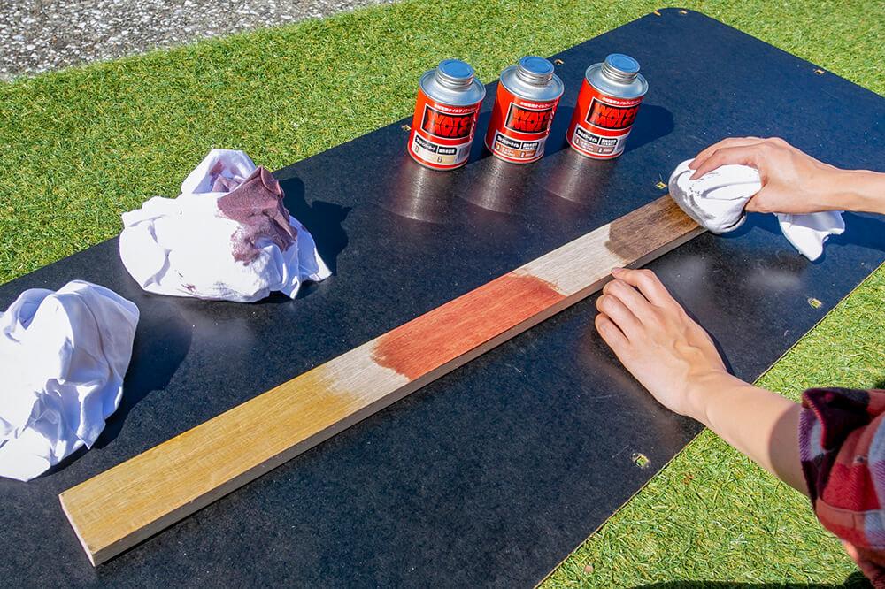 板に塗料を塗ってテストしているところ