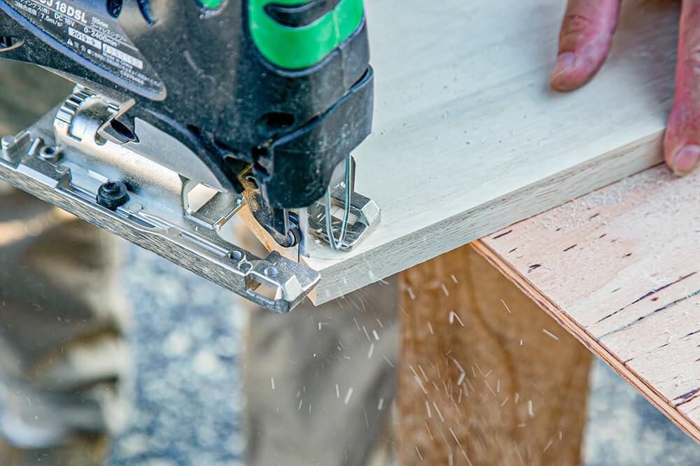 ジグソーという工具で板をカットしているところ