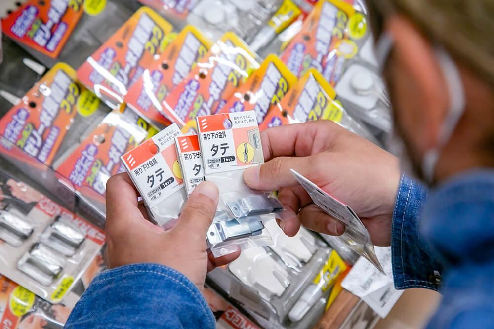 ジョイフル本田で金具を選んでいる鈴木さんの手元