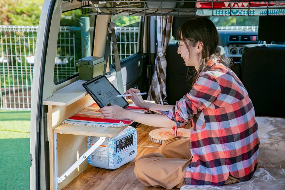 テーブルの上のiPadで作業しているところ