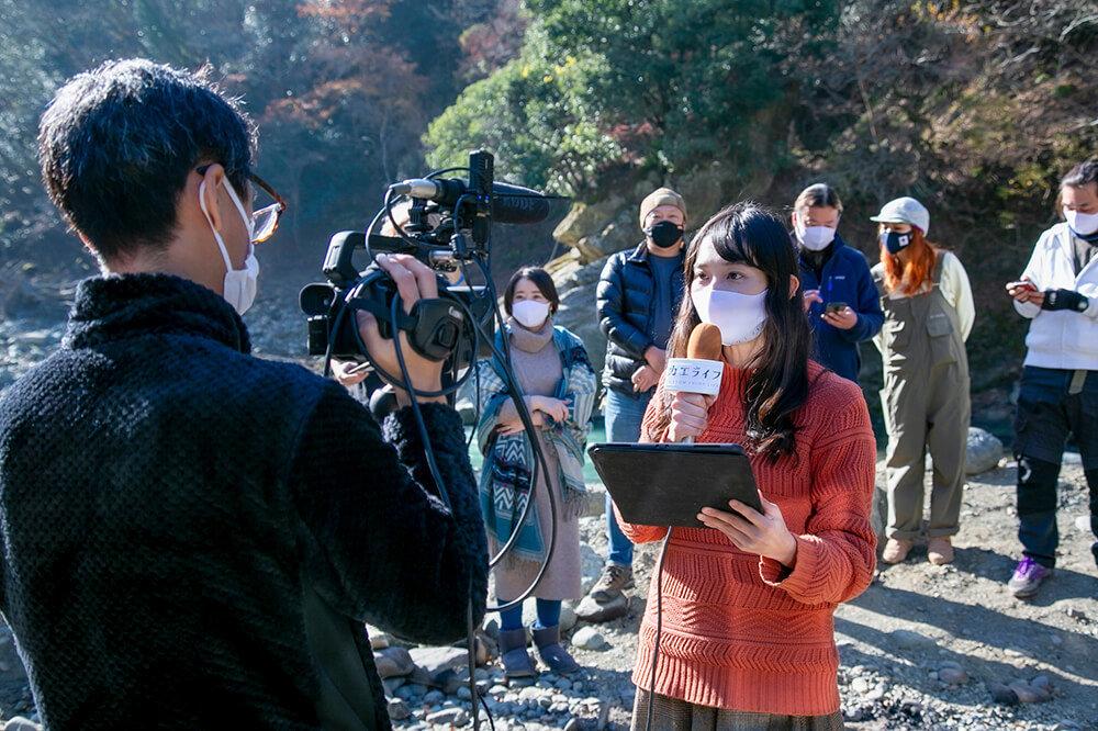 ライブ配信中に、MC担当の森風美さんをカメラマンが撮影しているとこ