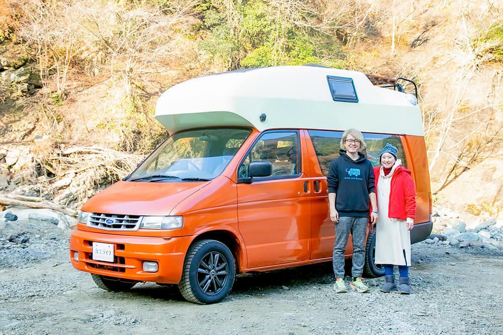 キャンピングカー「モビゴン」とカーステイの宮下晃樹さん、佳織