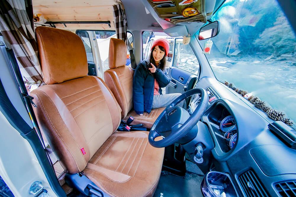 シートカバーを紹介する森風美さん