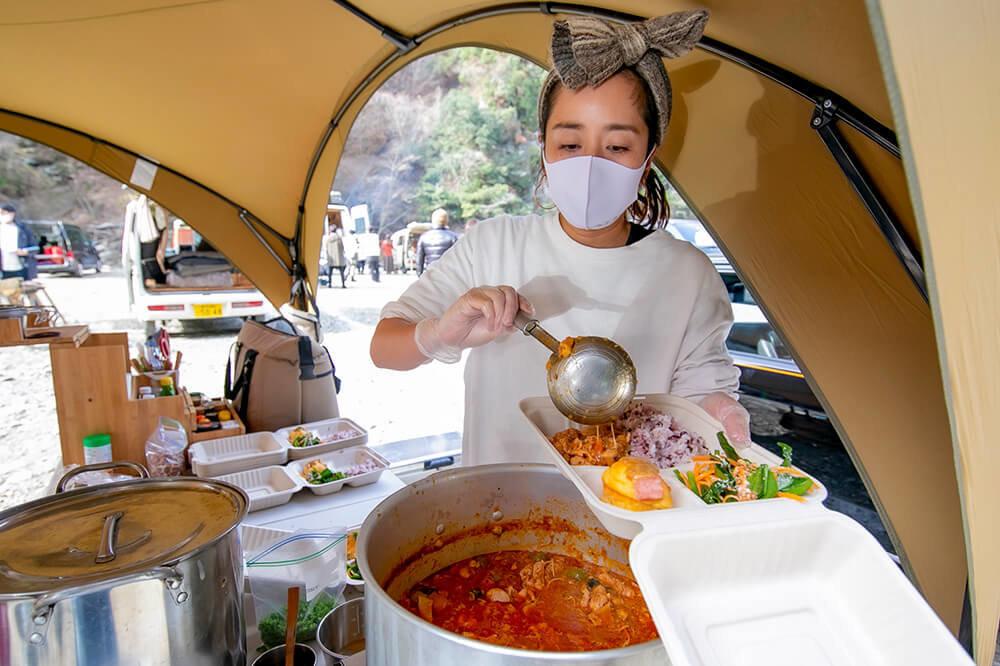 キャンプ場で料理を作るフードコーディネーターの三宅香菜子さん