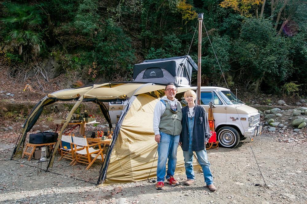 テントの前に立つシエルブルーの茨木夫妻