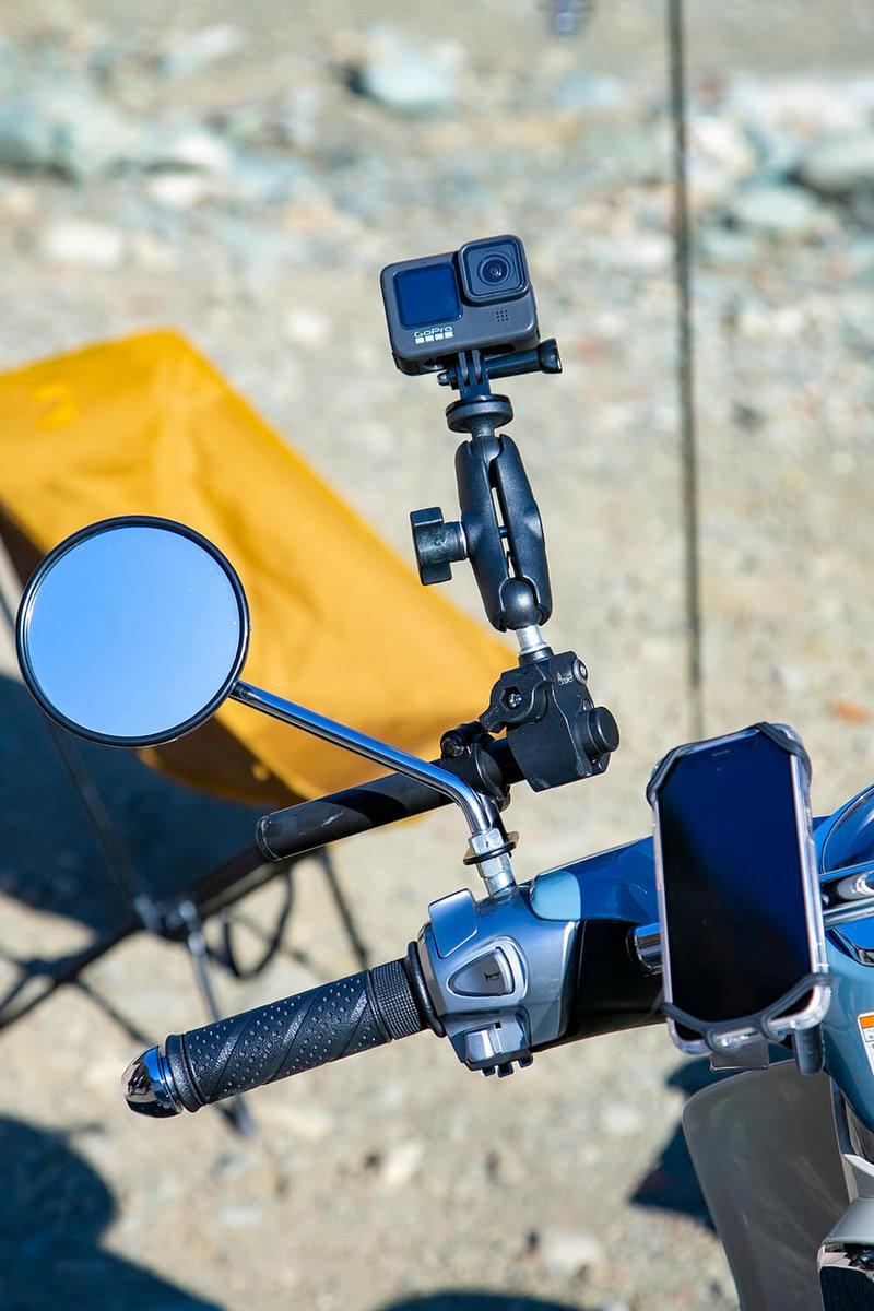 動画撮影のためにハンドル周辺に取り付けたスマートフォンフォルダー