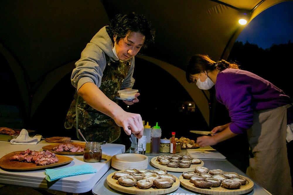 長野県信濃町「ゲストハウスLAMP野尻湖」の支配人・料理人マメさんが料理をしているところ