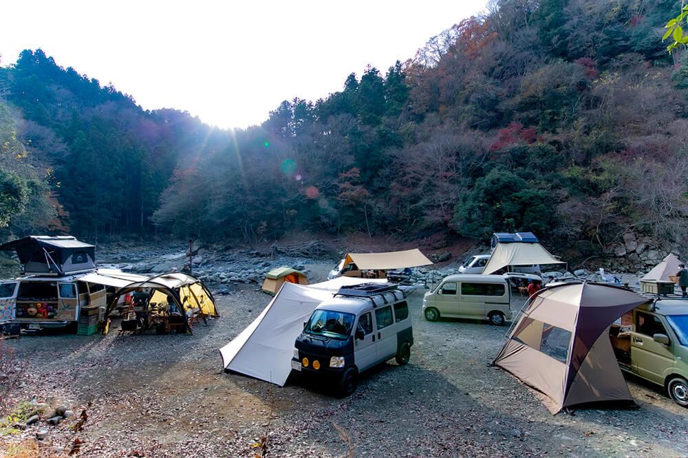 カエライフフェス2020のイベント会場、キャンプ場で朝日がのぼっている