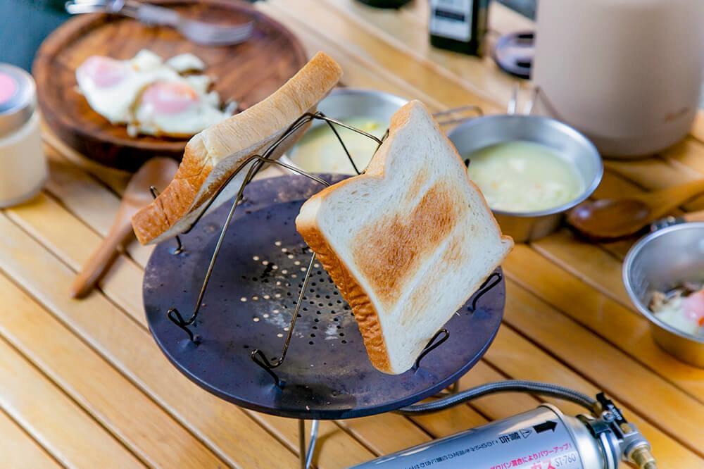トースターでパンを焼いているところ