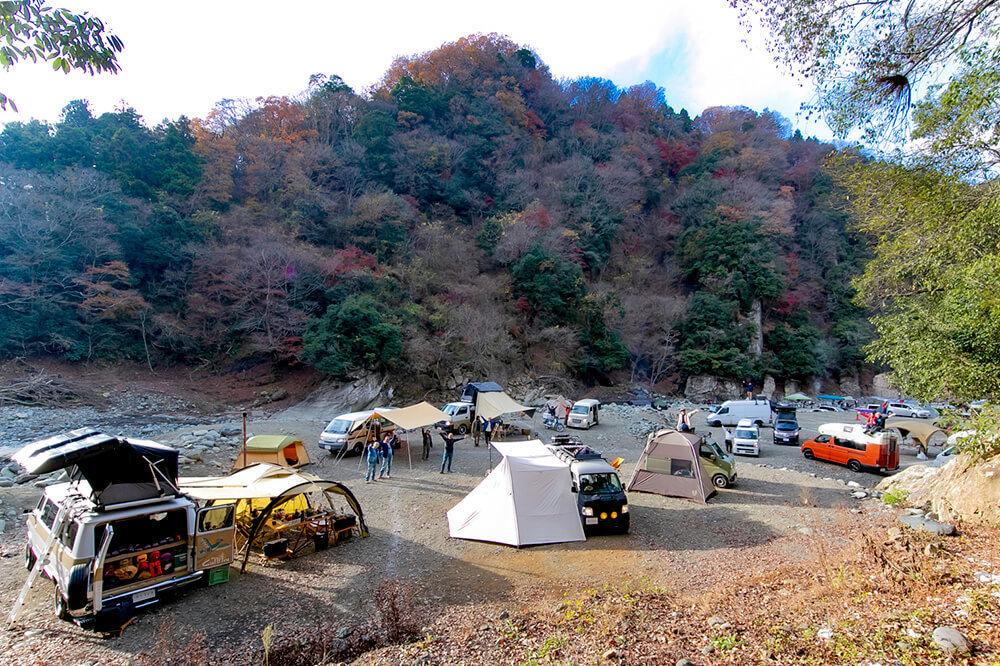 青野原野呂ロッジキャンプ場で参加者がオートキャンプしているカエライフフェス2020の全体像