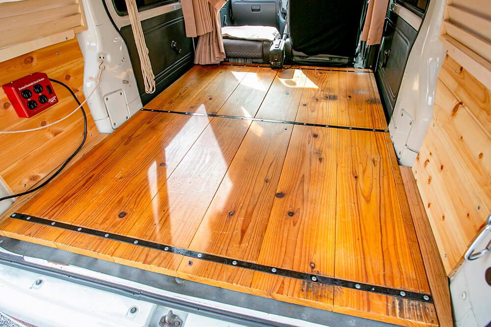 ハイゼットカーゴの荷室の床は、厚みのある杉の無垢材を敷いている