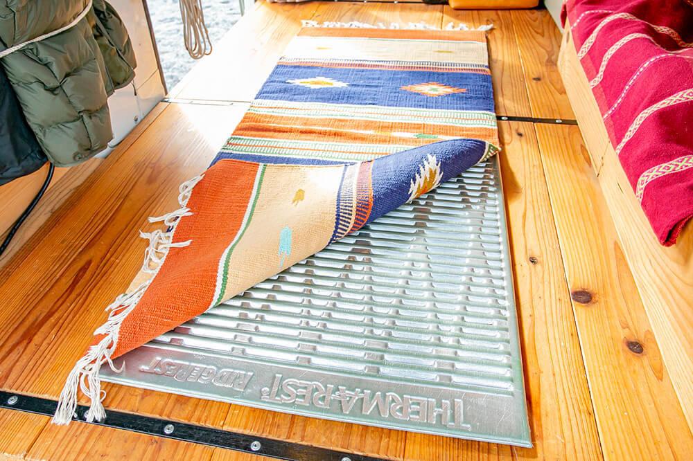 床の上に、サーマレストのマットレス「リッジレスト ソーライト」を敷き、その上にチマヨラグを重ねている
