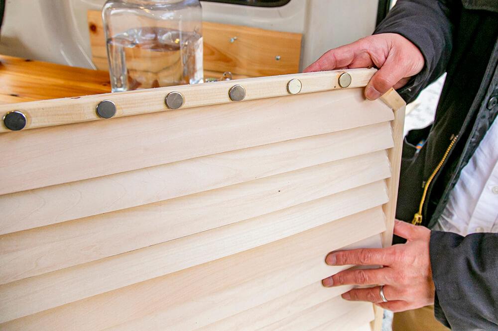 ウッドブラインを取り外すと、木枠の裏側に磁石が貼ってある