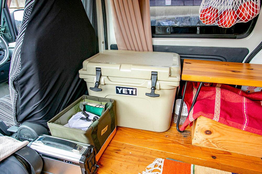 YETI(イエティ)のクーラーボックスとサイドテーブルが並んでいる車内