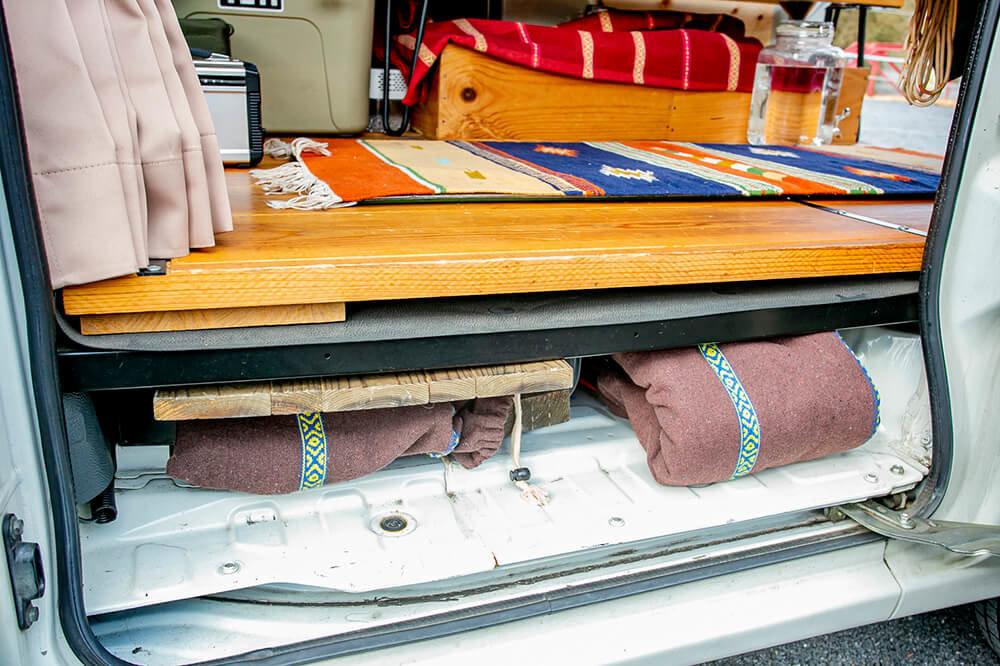床とフロアパンの隙間にテーブルやタープを収納している