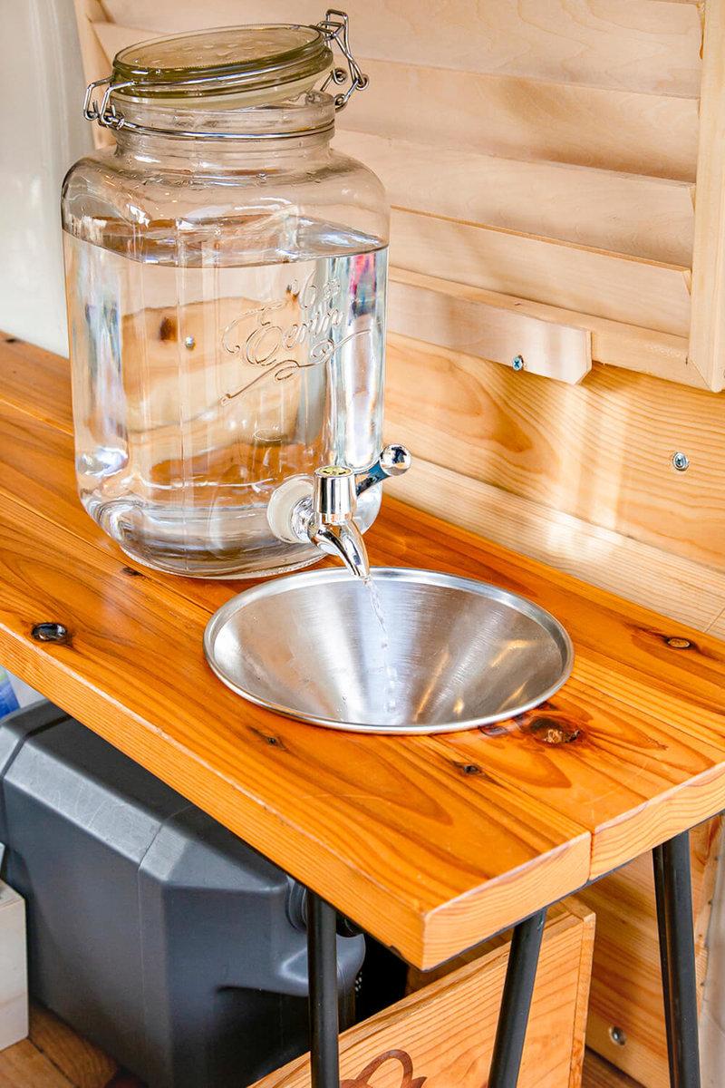 ガラス製のウォータージャグと漏斗(ろうと)とポリタンクを組み合わせて自作した簡易シンク