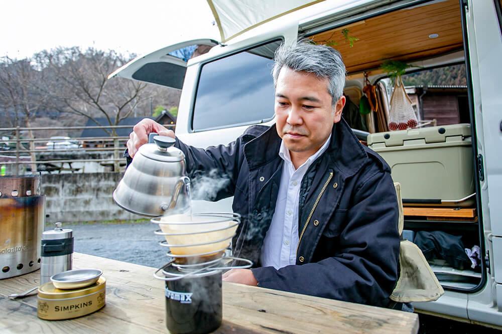自作テーブルの上でコーヒーを入れる渡辺さん