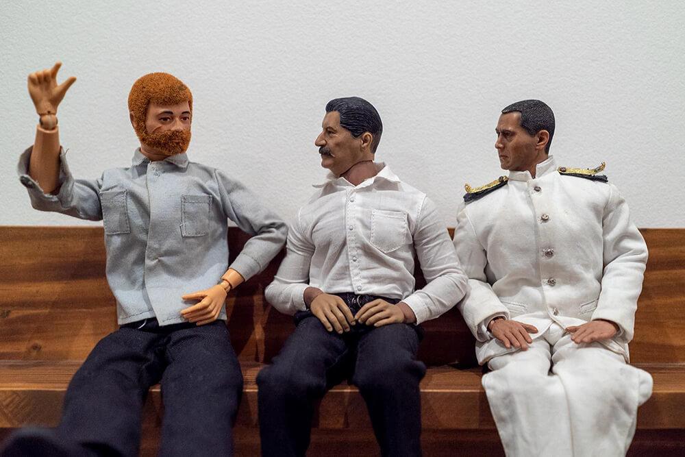 おじさん家政夫のミフネさんとヨシダさん、友人の田中さんが家で会話しているところ