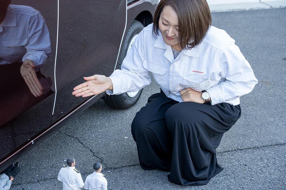 新型エヌボックスのハンズフリースライドドアを説明する藤井さん