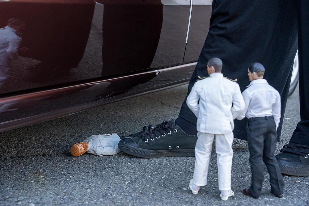 藤井さんの靴の先が、車の下に寝ている田中さんに当たっている