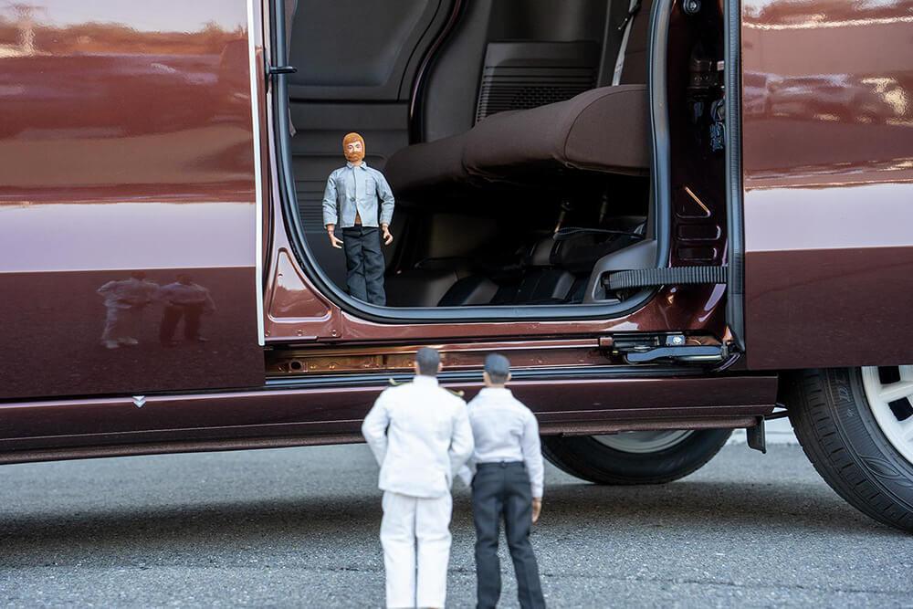 ドアが開き、車内に田中さんが隠れている