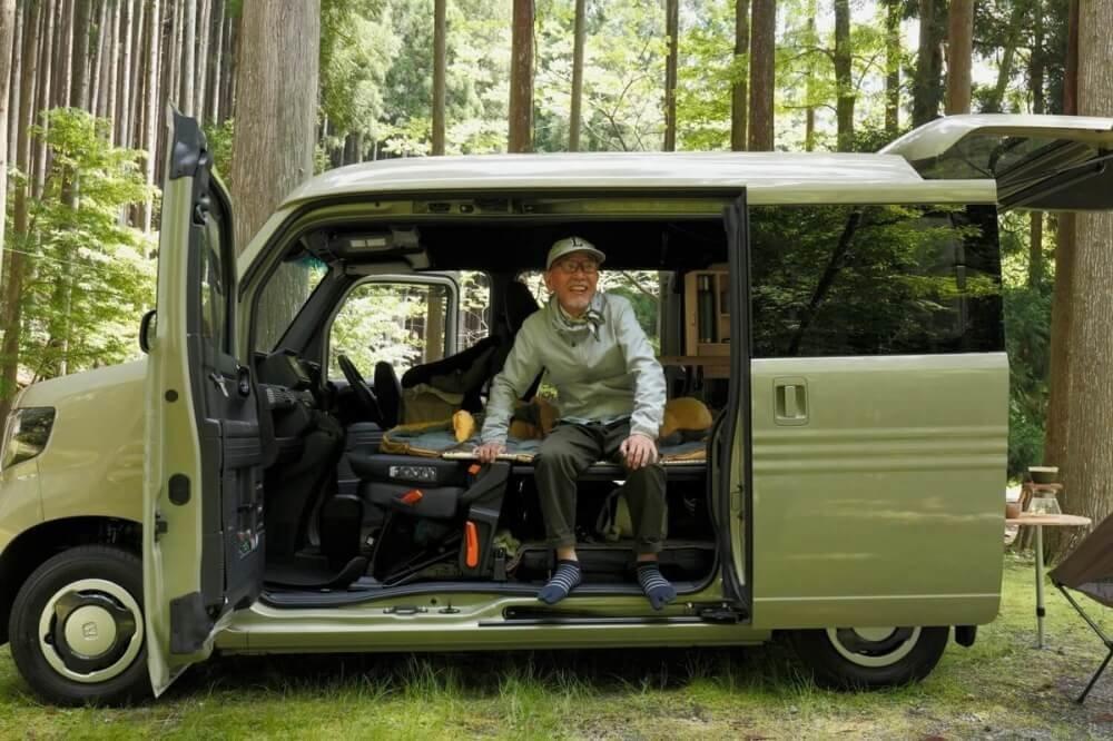 N-VAN(エヌバン)の荷室に座るYouTuberのウィンピージジイさん。N-VAN車中泊キャンプ、改造カスタム