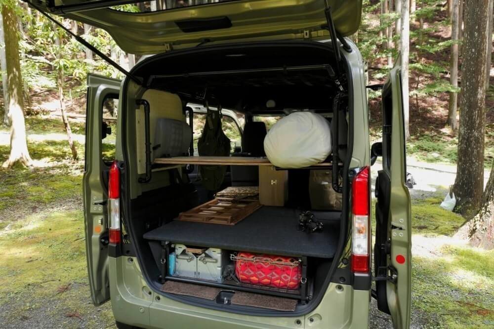 N-VANのリアゲートを開けたところ。N-VAN車中泊キャンプ、改造カスタム