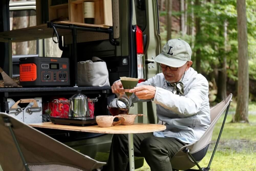 N-VANにDIYで取り付けたテーブルでコーヒーを入れているところ