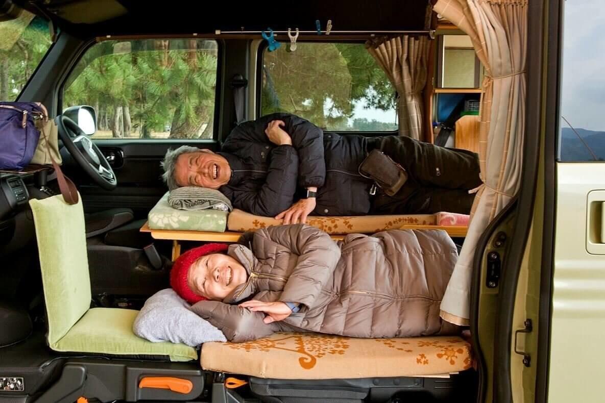 N-VAN(エヌバン)の2段ベッドで車中泊旅を楽しむ定年後のシニア夫婦・岩見さん