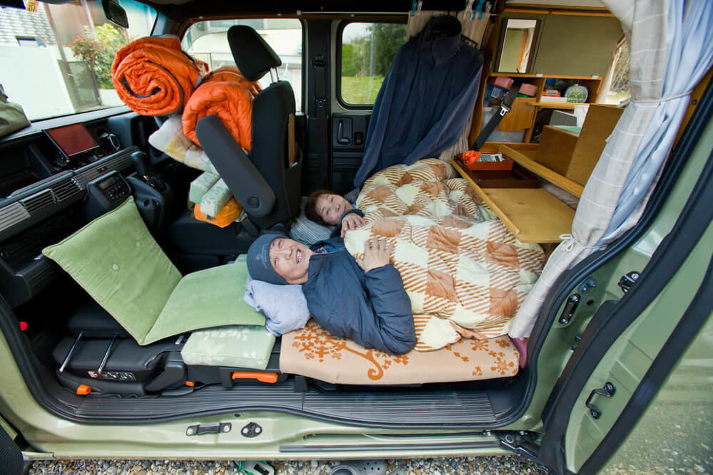 N-VANの車内で車中泊するシニア世代の夫婦・岩見さん