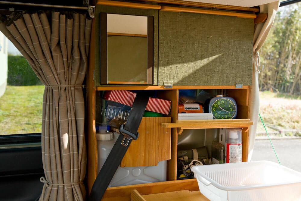 N-VANの後部座席をカスタムし、和風の壁紙を貼った戸棚