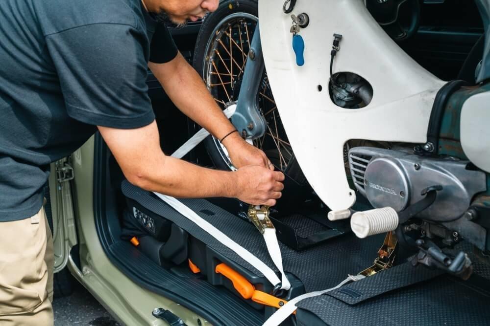 トランポ仕様にカスタムしたN-VANの車内にスーパーカブを積めるようセットするオーナーの堀さん