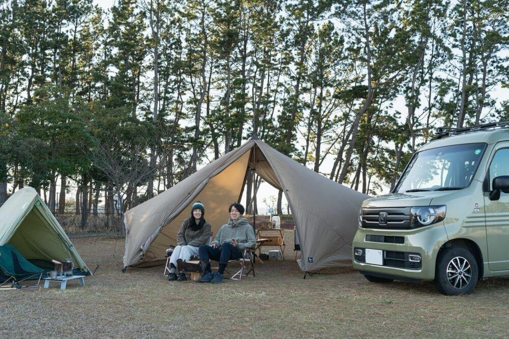 キャンプサイトとHondaの軽自動車N-VANが一緒に映った写真