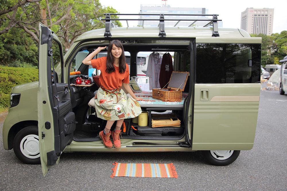 軽自動車N‐VANで車中泊する森風美のイメージ