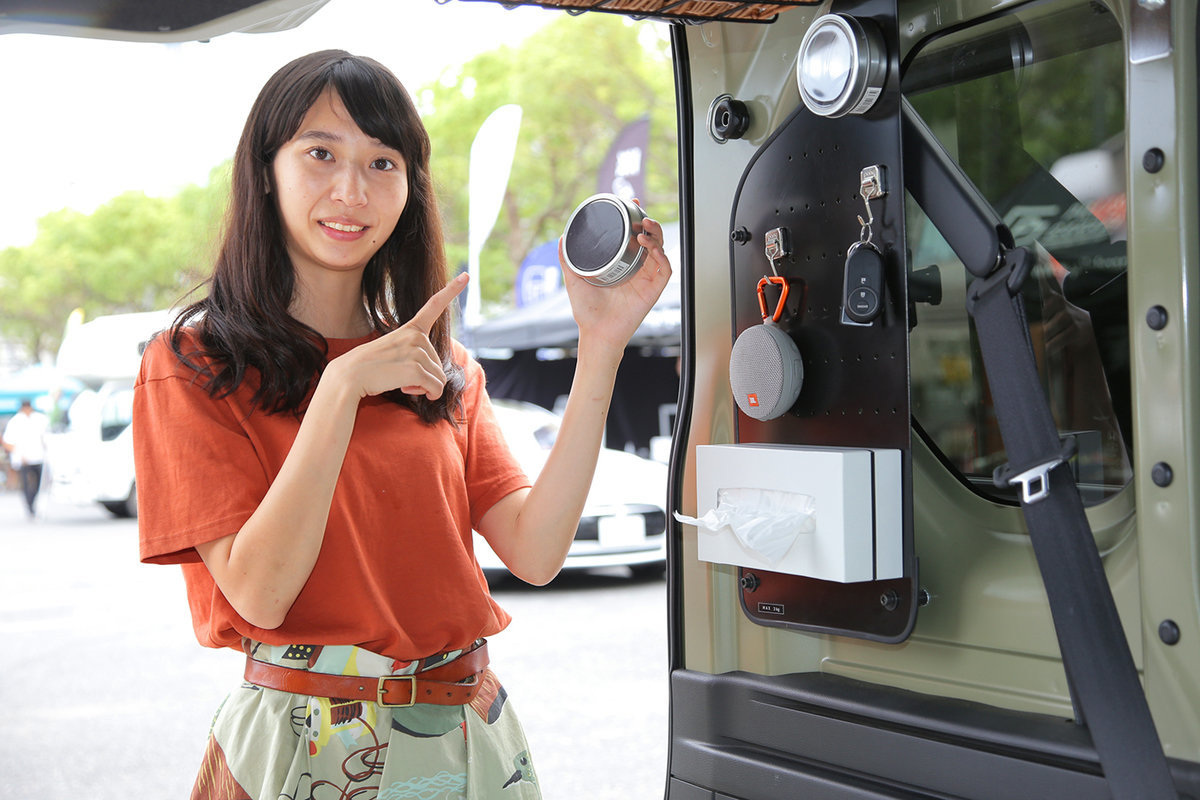 N-VANの有孔ボードに磁石付きの小物入れをくっつける様子