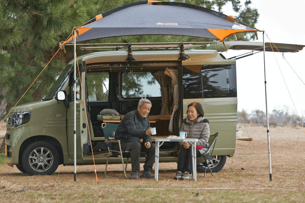 N-VANの横でお茶を飲みながら談笑する岩見さん夫婦