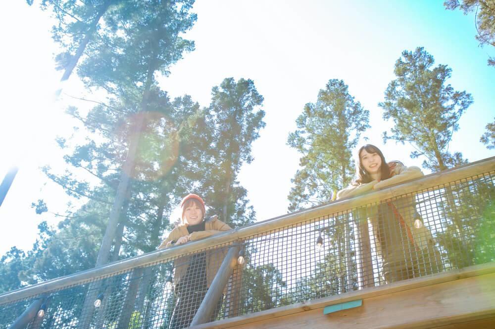 喜多川キャンピングベースのウッドデッキから景色を眺めるこいしさんと森さん