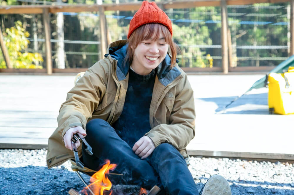 女子ソロキャンプでたき火をするこいしゆうかさん
